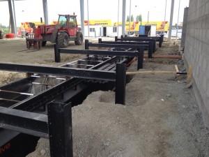 Installation pleine fouille de la fosse préfabriquée acier avant de couler le béton